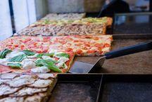 Nuestros productos / Disponemos de un menú vegano y vegetariano. Nuestra especialidad son las pizzas al taglio de elaboración artesanal y de multitud de ingredientes variados así como las ensaladas. Todas nuestras bebidas son de elaboración ecológica destacando producto elaborado en nuestra provincia. Disponemos de servicio de comidas para llevar.