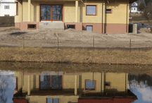 Projekt domu Saga / Projekt domu Saga to budynek o klasycznej architekturze, nawiązującej do dworku polskiego. Dom jednorodzinny dla rodziny 4-5 osobowej. Projekt posiada wielospadowy dach połączony z lukarnami, oryginalnym portykiem wejściowym z kolumnami i okrągłym oknem nadają bryle ciekawy wyraz. Detale - takie jak wykusz jadalni, duży balkon i podcień od strony ogrodu urozmaicają całość. We wnętrze domu zaprojektowano obszerny salon z kącikiem jadalnym zaakcentowanym delikatnym wykuszem.