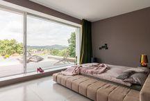 """Villa Mainblick / Dieses einladende Einfamilienhaus in Kelkheim bei Frankfurt steht unter dem Motto """"Mach vorne zu und hinten auf"""". Tolle Architektur im Schlafzimmer, Wohnzimmer, Badezimmer, etc."""