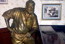 """El Floridita / El Floridita es un bar elegante que solía frecuentar el escritor estadounidense Ernest Hemingway y un buen lugar para retomar fuerzas tras una larga caminata por La Habana.  Se define como """"La Cuna del Daiquirí"""", ya que al parecer, poco después de terminar la Guerra de la Independencia de Cuba, un camarero del establecimiento inventó el cocktail. / by Paseos por La Habana"""