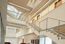 PGE Bełchatów / Biurowiec PGE GiEK SA jest budynkiem 6-kondygnacyjnym o powierzchni netto 6 652,1 m2, w tym z jedną kondygnacją podziemną oraz pięcioma kondygnacjami nadziemnymi. Biurowiec jest elegancki i w niczym nie przypomina anonimowych, szklanych budynków z parków biznesowych. Dynamiczny akcent nietypowej konstrukcji, zakończony znacznie wysuniętym wspornikiem, podkreśla strefę przeszkleń i nadaje bryle lekkości.
