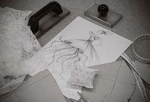 Dal bozzetto alla realtà / Tutto nasce da un'idea disegnata a matita da Elisabetta su un foglio bianco. Il disegno viene cucito e si trasforma in abito in un lungo, accurato processo sartoriale.