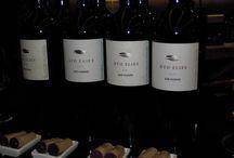 """ΓΕΥΣΙΓΝΩΣΙΑ ΚΤΗΜΑ ΚΥΡ-ΓΙΑΝΝΗ / Στον χώρο μας φιλοξενήθηκε ο κύριος Στέλιος Μπουτάρης όπου και κατάφερε να """"ταξιξέψει"""" τους παρευρισκόμενους στα μυστικά του κρασιού. Μιλώντας απλά και κατανοητά,  πολύ ζεστός και φιλικός με τον κόσμο, ο κύριος Μπουτάρης ανέλυσε τα γευστικά και αρωματικά χαρακτηριστικά του κάθε κρασιού, δίνοντας της ευκαιρία σε όσους συμμετείχαν να γνωρίσουν τον ιδιαίτερο χαρακτήρα τους. Δοκίμασαμε σοδειές του 2005, 2006, 2007 και 2008 απο Διάπορο και Δύο Ελιές."""