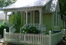 uma casinha e uma varanda