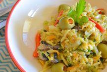 Cozinha Vegetariana / Cozinhar pratos vegetarianos traz diversidade para a mesa. Isto porque, para satisfazer as necessidades nutricionais do organismo e compensar a ausência de carne e de peixe na sua alimentação, os vegetarianos têm à sua disposição uma grande e variada quantidade de fontes de proteína, tais como as leguminosas, os cereais, o leite e os ovos.