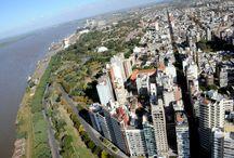 Rosario desde el Aire / Desde la altura, Roasario se despliega al costado del Paraná con sus verdes parques y su atrapante arquitectura urbana.