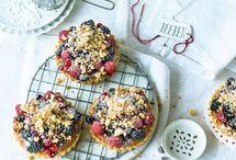 Backen mit Beeren / Im Sommer genießen wir Beeren-Tartelettes, Johannisbeer-Bienenstich und Heidelbeer-Kuchen im Garten und beim Picknick am See.  Kuchen und Torten mit Erdbeeren, Himbeeren, Brombeeren, Johannisbeeren, Heidelbeeren und Stachelbeeren.