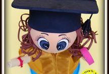 Fofucha Niña Graduación Ed. Infantil Amelia / os presentamos a la fofucha Amelia. Es un regalo que Eli le ha querido hacer a su sobrina con motivo de su graduación en Ed. infantil. Esta fofucha ha viajado hasta Madrid el pasado mes de Julio