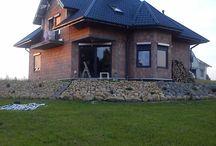 Projekt domu Agatka / Projekt domu Agatka to dom dla cztero-pięcioosobowej rodziny, budynek parterowy z poddaszem użytkowym przykryty kopertowym, czterospadowym dachem. Dom zaprojektowano w spokojnej stylistyce z przenikającymi się tradycyjnymi i nowoczesnymi detalami.
