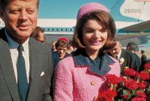 L'iconique tailleur Chanel de Jackie Kennedy / Le convoi descend Elm Street en direction du Trade Mart, devant une foule en liesse. Dans la limousine présidentielle, la femme du gouverneur du Texas, Nellie Connally, se retourne et dit au Président : «M. Kennedy, on ne peut pas dire que le Texas ne vous aime pas ».