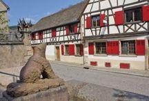 Escapade à Andlau (Alsace) : dans les pas de l'ours... / Andlau aurait pu succéder à Eguisheim comme le village préféré des Français, du nom de l'émission annuelle de France 2. Il termine second de ce concours, ce qui ne nous empêchera pas de découvrir ce village pittoresque du Bas-Rhin, entouré par les vignes et la forêt. Et de débusquer l'ours à chaque coin de rue, car c'est un peu lui la star du village...