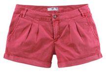 Léto není jen o šatech... / Pohodlné tričko nebo top a k tomu šortky je ideální outfit do letních dnů. Nadčasové jsou džínové šortky, nebojte se ale vyzkoušet moderní capri kalhoty nebo pohodlné tříčvrťáky. Cítit dobře se v nich budou i milovnice šatů :)