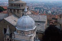 Italia / Przedstawiam Wam obrazki z Włoch, kraju przepełnionego słońcem, dobrym jedzeniem, pięknem architektury, oszałamiającą przyrodą - po prostu magią! Na tej fotograficznej trasie znajdą się m.in., Wenecja, Rzym, Florencja, Siena a także małe, pełne uroku miasteczka i wzgórza Toskanii, włoskie wyspy i miasta niemal zawieszone nad brzegiem morza... Mam nadzieję, że znajdziecie tu inspirację, by zaplanować wymarzone wakacje we Włoszech. Zapraszam w podróż po Italii!