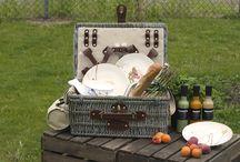 """Picknicken mit WEITZ / Wir haben die Sonnenstrahlen des letzten Wochenendes ausgenutzt und die WEITZ Picknick-Saison eröffnet. Im Gepäck hatten wir, neben kulinarischen Köstlichkeiten, auch Porzellan und Besteck unserer Online-Shops. Wer sagt, dass man immer nur mit Papp- und Plastikutensilien picknicken soll? Schließlich sind wir """"Tischkultur zum Leben"""" ;-) Vielleicht inspirieren euch die tollen Geschirr- und Besteck-Serien ja zu einem Picknick, was ihr einmal anders eindeckt?   © W. WEITZ GmbH & Co. KG"""