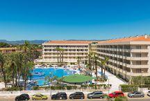 H10 Cambrils Playa / Ubicado en una zona tranquila de Cambrils y a 50 metros de la magnífica playa de l'Esquirol, el H10 Cambrils Playa es un hotel de cuatro estrellas que dispone de una completa gama de servicios. Ideal para disfrutar en pareja o en familia. www.h10hotels.com/es/hoteles-cambrils/h10-cambrils-playa / by H10 Hotels