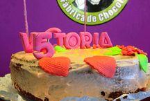 Tartas Sweet Moments / Bizcocho de vainilla, chocolate o coco. Cobertura chocolate (blanco o negro) o dulce de leche. Decoración en 3D