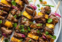 Grillen | vom Rost | Barbecue | BBQ / Der Sommer kommt und damit der Duft nach frisch Gegrilltem! Egal ob Holzkohle-Grill, Gasgrill oder Elektro-Grill. Neben Fleisch und Würstchen kommen auch Brot und Gemüse auf den Rost! Egal ob amerikanisches BBQ oder gegrillte Gemüsespieße - hier wird es heiß! Nebenbei gibt es Ideen für passende Grillsalate, Beilagen und Desserts.
