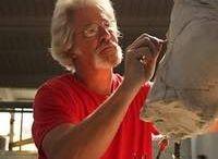 Roberto Santo  / Dopo la laurea in Arte presso la University of Oregon nel 1975, e gli studi presso l'Art Center School of Design di Los Angeles, Santo inizia a lavorare nel mondo dell'arte del cinema