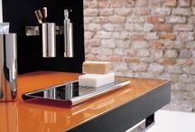 Ox / Si chiama Ox la collezione di accessori per bagno disegnata da Bruna Rapisarda secondo linee minimali, squadrate senza compromessi, nate da un'innovativa tecnica di taglio al laser che ha permesso la creazione di oggetti funzionali ed esclusivi, pensati per completare bagni di stile fortemente contemporaneo