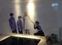 Foto i glass på kjøkkenvegg