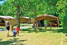 Namiot Safari / Projektanci nowego namiotu Safari inspirację zaczerpnęli z Afryki, skupiając się przede wszystkim na funkcjonalności, wyjątkowej wygodzie i unikalnym wystroju zakwaterowania. Przestronne pomieszczenia, stylizowane meble, w pełni wyposażony aneks kuchenny, drewniany stół, krzesła i leżaki ustawione na drewnianej podłodze tworzą niepowtarzalny klimat i warunki do stylowych wakacji w bliskim kontakcie z naturą.  http://bit.ly/1LjmRud