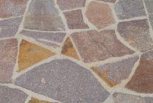 Mosaico/lastrame porfido / Pur essendo un materiale che consente di realizzare soluzioni applicative a basso costo, la palladiana offre la possibilità di plasmare contesti ambientali completamente diversificati conferendo agli stessi notevole valore aggiunto. Usate in verticale le lastre irregolari consentono di ottenere rivestimenti e zoccolature funzionali a scopi protettivi e decorativi.