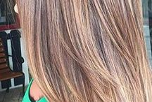 Осветлённые пряди волос карамельного цвета
