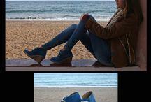 Momentos en la playa / Aquí vemos a Bea pensativa y tan dulce como siempre en un entorno envidiable. Lleva botas safari con cuña en piel de serraje azul eléctrico. Bea está preciosa!!
