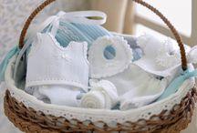 Tout pour les bébés / Landaus, couffins, biberons, jouets, layette, doudoux & accessoires - Miniature au 1/12ème - Maisons de poupées.