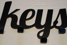Designerskie wieszaki na klucze / Wieszaki na klucze w formie napisu lub kształtu. Dzięki takim wieszakom Twoje klucze zawsze są na swoim miejscu, już nigdy nie będziesz tracił czasu na szukanie zguby:)