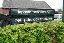 Het Gilde, ook vandaag. Opening op 18 mei 2013. / In de Brabantse Kempen zijn de gildes springlevend. Diverse gildes dateren van 1500 of 1600 en bestaan nog steeds. Gildebroeders en gildezusters zijn lid van het gilde vanuit een stevige betrokkenheid. In de tentoonstelling kan er kennis worden gemaakt met het gilde van vroeger en nu, met de tradities van toen en nu, waarbij het accent ligt op het gilde van vandaag. De activiteiten van het gilde aan de hand van een gemiddelde jaarkalender zijn in beeld gebracht.