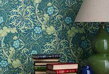 Morris & Co. Tapeten / William Morris war einer der wichtigsten englischer Textildesigner des 18ten-Jahrhunderts. Er war Wegbereiter der englischen Arts-and-Crafts-Bewegung, die ein Vorläufer des deutschen Jugendstils und die traditionelle britische Textil- und Handwerkskunst weiderbelebte. Seine Tapetenentwürfe werden bis heute unter der Marke Morris & Co. vertrieben.