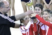 Bu başarı boylarını aştı / Anabilim Eğitim Kurumları'nın en iddialı olduğu spor branşlarından biri olan jimnastikten güzel bir haber geldi. Birinci sınıf öğrencileri Tuana Türkerden (1E), Duru Akkan (1D), Ümit Nehir Arslan (1E) ve Nehir Gedik'ten(1D) oluşan kız takımımız, toplam 75.7 puan toplayarak Gençlik Hizmetleri ve Okullar Arası Artistik Jimnastik Şampiyonası'nda ikinci oldu.