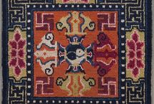 Chinese Collection / Die Teppichknüpfkunst in China stützt sich auf eine hoch entwickelte Kultur. Traditionelle, symbolträchtige Motive wie z.B. der chinesische Drachen stehen im Mittelpunkt dieser besonderen Teppiche, eingerahmt von eher schlichten Musterungen und Bordüren. Durch die künstlerischen Motive wirken die chinesischen Teppiche sehr lebendig und jeder Teppich scheint seine eigene, besondere Geschichte zu erzählen.