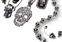 Dark collection!! / Skull mania. Teschi, zirconi neri e corone sono i sovrani della collezione di gioielli bigiotteria Dark. Strass e teschi si trovano su collane, anelli, orecchini e bracciali per regalare un tocco glam alle anime più rock'n'roll.