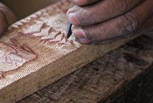 Venez découvrir le travail de nos artisans artistes / Sculpture sur bois. Fabrication de mobilier Confection de coussin, banquette, canapé, fauteuil Tricot Crochet Les sculpteurs du lac, respectueux du souvenir de leur aînés, veulent faire perdurer cet artisanat où la main de l'homme crée, façonne au gré de la matière: le bois, le métal ou encore le coton ou le lin.Du sur mesure est proposé dans les différents univers: Art de la table, linge de maison, autour de la fenêtre, luminaire, petite décoration.