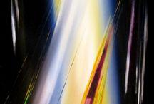"""""""GEOMETRIE DEL MAESTRALE"""" - Personale di Giorgio Tore / """"Geometrie del maestrale"""" racconta e dedica attraverso l'immaginazione pittorica dell'artista, la """"forza"""" e il """"carattere"""" del vento predominante dell'isola. Il maestrale piega, travolge, trascina e esaspera istantanee di vita su imbarcazioni a vela, rievocando e paragonando esperienze, virtù e ricchezze del popolo sardo. Forme e colori, profili e prospettive impossibili, esprimono equilibri cromatici e geometrici universali."""