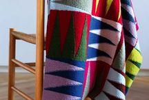 Vendestrik i lange baner / »Vendestrik i lange baner« har opskrifter til tæpper, tørklæder, nøglesnore, bælter, slips, puder, sjaler og armbånd – alt sammen i vendestrik. Hæftet introducerer en metode, hvor vendestrikkede kiler kan varieres og kombineres så der opstår overraskende mønstre og muligheder. Lange, smalle, korte og kraftige tørklæder – strikket i en eller to baner. Tæpper i flere baner – tæpper i mange kvadrater. »Vendestrik i lange baner« rummer også inspiration til at arbejde med dit eget design.