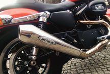 Harley-Dawidson XL 883R z tłumikiem Remus / Jak podoba Wam się Harley-Davidson z układem wydechowym REMUS INNOVATION?  Tym razem prezentujemy model z serii Sportster - XL 883R. W jednośladzie został zamontowany polerowany tłumik Remus Powercone - zapewniający niesamowite brzmienie oraz stylowy wygląd!  Bogata oferta wydechów do motocykli HD w Remus Polska! http://www.remus-polska.pl/