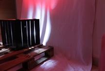 Red Box / Lampara de suelo- mesita auxiliar con luz, en madera de palet lacada en negro y plástico reciclado.