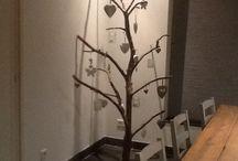Decoratie in huis / Grote tak uit tuin of boom omgetoverd tot hanger.