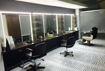 Barbería Aveda / Espacio destinado a las necesidades del hombre, servicios capilares, de imagen y piel basados en la barbería clásica y nuevas tendencias. Todo con los rituales de Aveda que combinan belleza, bienestar y respeto medio ambiente