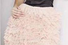 czarno łososiowa sukienka z tiulowymi falbankami