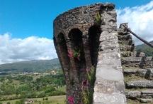 La Rocca/ The  Fortress / Nella parte alta del paese, su uno sperone roccioso, si eleva la Rocca una struttura a carattere difensivo, con perimetro irregolare munito di tre torrioni  a pianta semicircolare. L'altezza  delle mura varia tra gli 11 e 17 metri a seconda del naturale dislivello del terreno. La Rocca  costituì la struttura intorno alla quale si sviluppò il centro abitato di Castiglione Garfagnana.