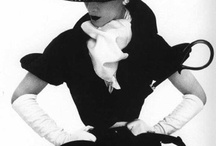"""Moda Anos 50 / Com o fim dos anos de guerra e do racionamento dos tecidos, a mulher dos anos 50 se tornou mais feminina e glamourosa. A cintura era bem marcada e os sapatos eram de saltos altos, além das luvas e outros acessórios luxuosos, como peles e jóias. Foi Christian Dior quem liderou o """"New Look"""", trouxe um perfil de mulher feminina e luxuosa. Segundo o site: http://www.magaliamboni.com.br/2011/12/1122/"""