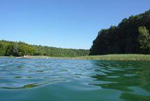Rheinsberger Gewässer / Die Rheinsberger Seen sind eine Seenlandschaft im nördlichen Brandenburg. Sie eignen sich besonders zum sternförmigen Wasserwandern mit einem komfortablen Basislager. Die Stille können wir hier wegen der vielen Motorboote aber nur außerhalb der Hauptsaison genießen.