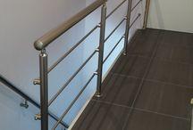 Leuningen en balustrades / Maak uw trap veilig en af met een mooie leuning of balustrade. Leuningen en balustrades kunnen uitgevoerd worden met ledverlichting in RVS, Aluminium of houtkleur.