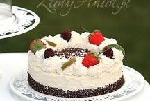 torty i słodki bufet / Tort to nieodłączny element przyjęcia komunijnego. Oprócz klasycznego ciasta, warto sprawić gościom przyjemność także słodkim bufetem.