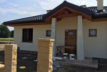 Projekt domu Cztery Kąty 4 / Cztery Kąty 4 to budynek parterowy, przekryty czterospadowym dachem, z zadaszonym portykiem wejściowym i podcieniem tarasowym od strony ogrodu. Zwarta prostokątna bryła domu jest łatwa w budowie i niedroga w eksploatacji.