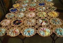 Trilho de Mesa-de-cabeceira Fuxico c/Croche